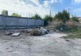Мешканці району зверталися щодо прибирання території поруч із озерами на Осокорках.